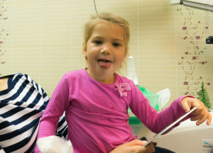Счастливый ребенок после лечения зубика